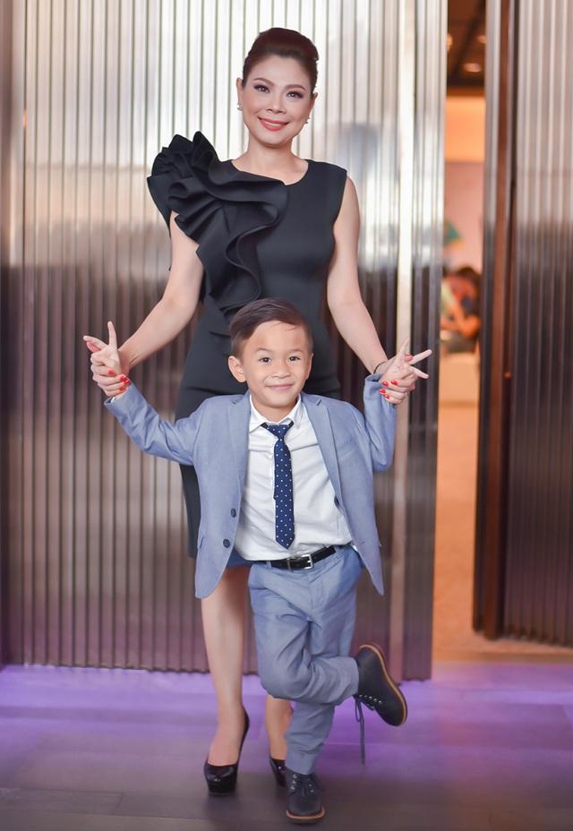 Thanh Thảo xuất hiện bên cạnh con trai nuôi Jacky, từ khi Jacky đi nước ngoài học thì đây là lần đầu tiên cậu bé về nước cùng Thanh Thảo.