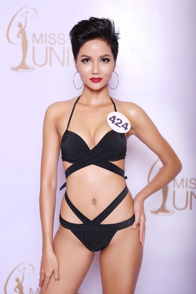 Gây bất ngờ nhất tại vòng thi áo tắm khu vực miền Nam là màn trình diễn của thí sinh Niê H'Hen, cô gái miền cao đến từ Đắk Lắk. Với thân hình săn chắc và làn da rám nắng khỏe khoắn, Niê H'Hen trông vô cùng quyến rũ với bộ bikini hai mảnh màu đen. Trước khi tham gia vào cuộc thi Hoa hậu Hoàn vũ năm nay, H'Hen đang làm nghề người mẫu tự do cho các chương trình thời trang trong nước.