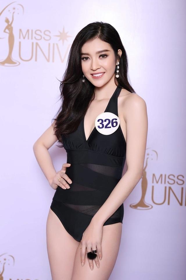 Thí sinh Bùi Lý Thiên Hương cũng vô cùng thu hút với trang phục bikini liền thân màu đen, người đẹp đến từ An Giang.