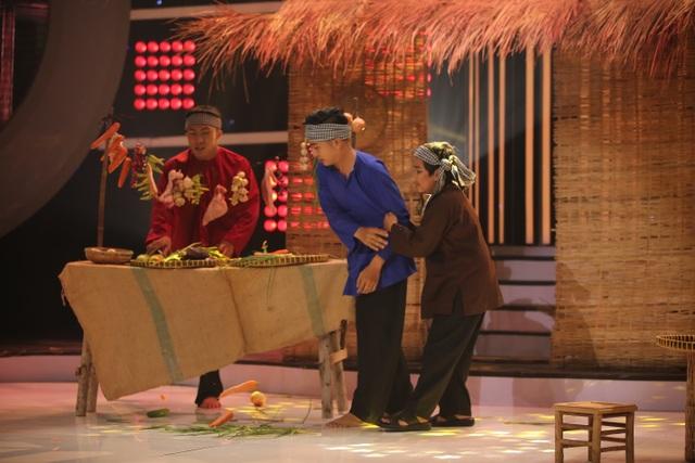 """Phiên bản """"tròn trịa"""" của danh hài Hoài Linh tái hiện sinh động ca khúc mà anh đã hát gần hai mươi năm về trước từ trang phục, khăn quấn đầu đến hoạt cảnh quầy rau củ quả trên sân khấu."""