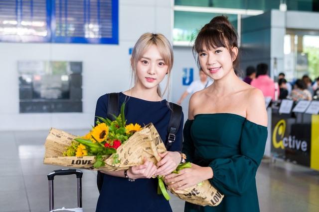 """Minh Hà là người trực tiếp ra sân bay đón Nene, được biết trong dự án phim mới này, hotgirl xứ chùa vàng sẽ là """"vũ khí"""" bí mật của cả hai vợ chồng nhà Lý Hải."""