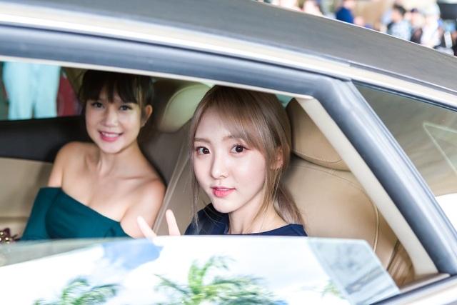 Bà xã Lý Hải cũng xinh đẹp không kém khi xuất hiện cùng hotgirl Nene. Cả hai đều vui vẻ chụp hình, tạo dáng trước mọi người.