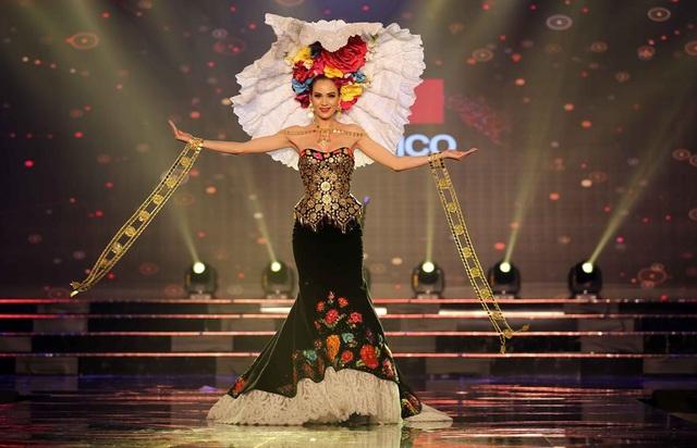 Thí sinh đến từ Mexico mặc trên mình bộ trang phục đậm chất Mỹ La Tinh đầy ấn tượng
