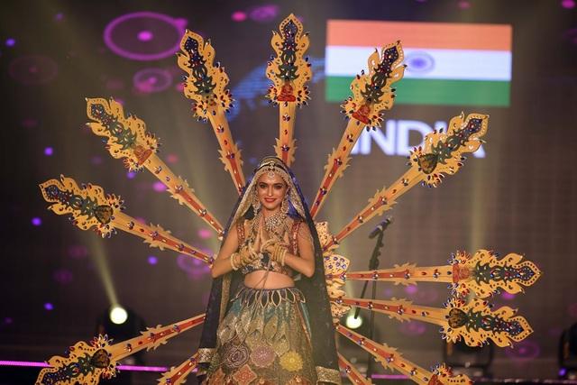 Bộ trang phục đồ sộ của thí sinh đến từ Ấn Độ