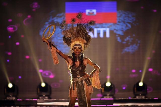 Thí sinh đại diện quốc gia Haiti xuất hiện với bộ trang phục thổ dân thu hút