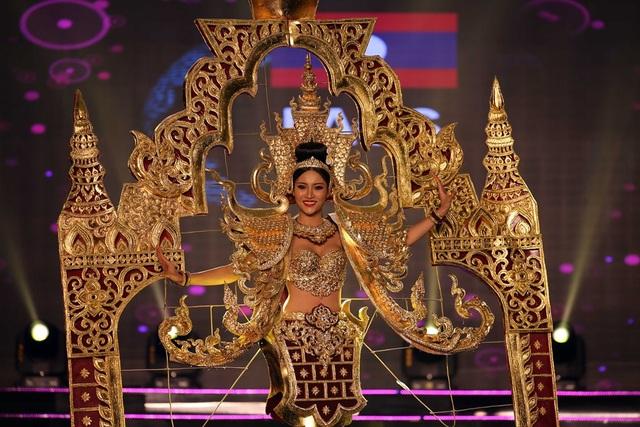 Người đẹp đến từ Lào xuất hiện với bộ trang phục đồ sộ, mô phỏng những hoa văn đền chùa nổi tiếng tại xứ sở này.