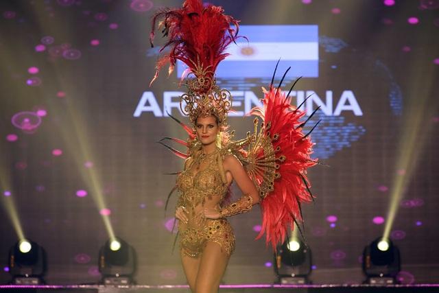 Người đẹp đến từ Argentina lôi cuốn, quyến rũ với bộn trang phục dân tộc khá gợi cảm