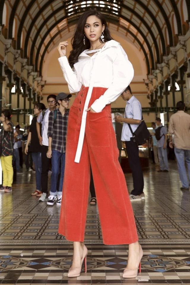 Mâu Thủy nổi bật trong bộ trang phục đơn sắc khỏe khoắn. Quán quân Vietnam's next top model 2013 kết hợp quần ống rộng – cạp cao với sơ mi trắng, khoe trọn đôi chân thon dài chuẩn mẫu. Sẽ không ngoa khi nói rằng đây là bước tiến hết sức thành công của người đẹp trong những tuần qua.