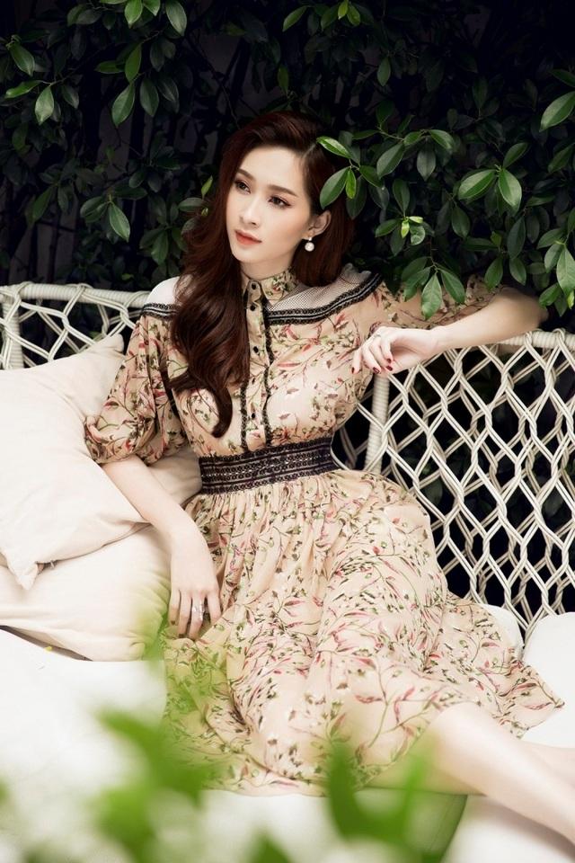 Cách tạo dáng quen thuộc cùng phong cách khó lẫn vào đâu của hoa hậu Việt Nam 2012.