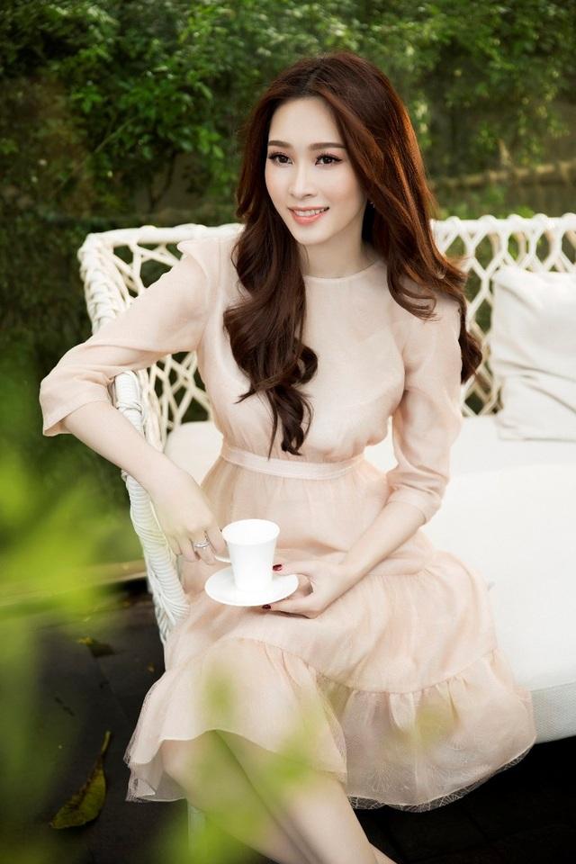 Cùng với trang phục dịu dàng, nữ tính, lối trang điểm tự nhiên, tươi sáng càng tăng sức cuốn hút của hoa hậu Đặng Thu Thảo.
