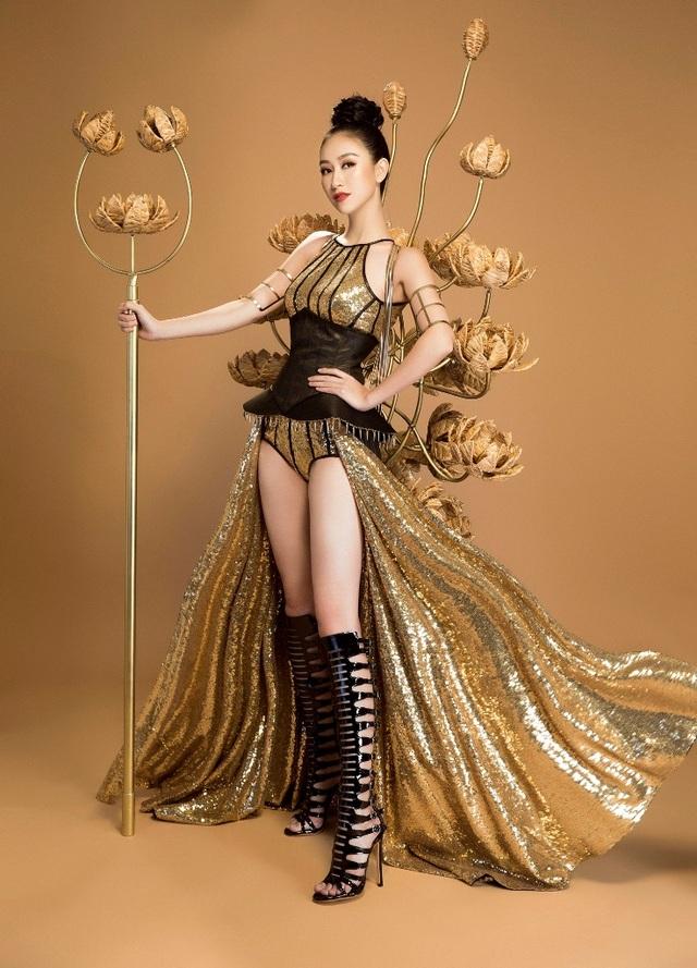 """Thiết kế với tên gọi """"Chiến Binh Hoa"""" của NTK Nguyễn Minh Công được thiết kế riêng cho Hà Thu. Đó là sự lột tả vẻ đẹp của người phụ nữ Việt Nam hiện đại khi diện bộ trang phục khỏe khoắn, mạnh mẽ."""
