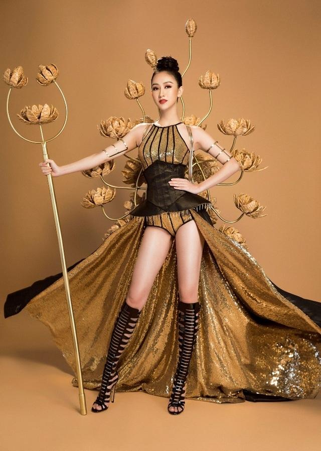 Được sử dụng từ chất liệu Lãnh Mỹ A – một trong những loại vải thuộc hàng quốc bảo của Việt Nam. Kết hợp với đó là loại vải kim sa lấp lánh giúp người mặc thêm phần lộng lẫy và cuốn hút.