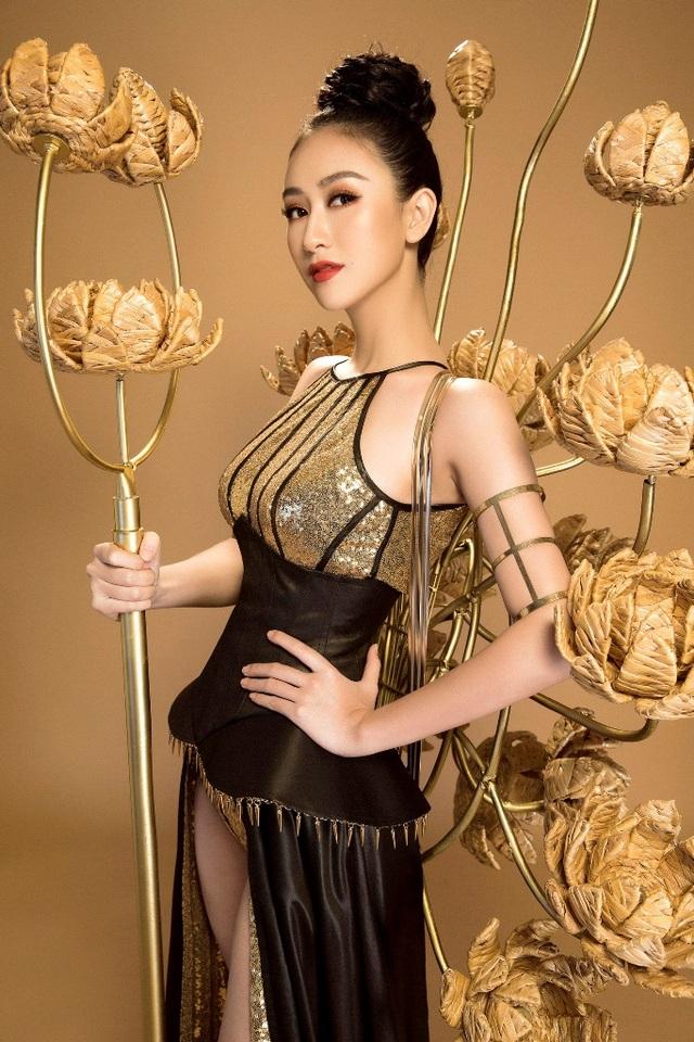 Phía sau bộ trang phục chiến binh là những họa tiết hoa sen tạo độ vững chãi của bộ trang phục nhưng vẫn không kém phần mềm mại.