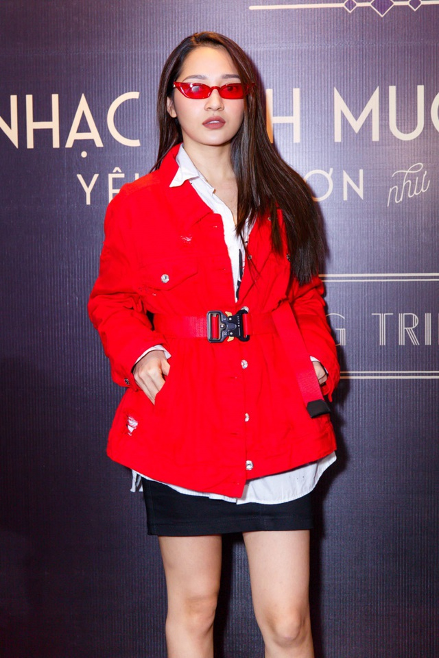 """Nữ ca sĩ Bảo Anh đã có mặt tại buổi gặp gỡ do Dương Triệu Vũ tổ chức, tuy nhiên người đẹp xuất hiện với phong cách khá """"khó hiểu"""" khi mix áo khoác Măng-tô và chân váy ngắn cùng cặp kính đỏ rực."""