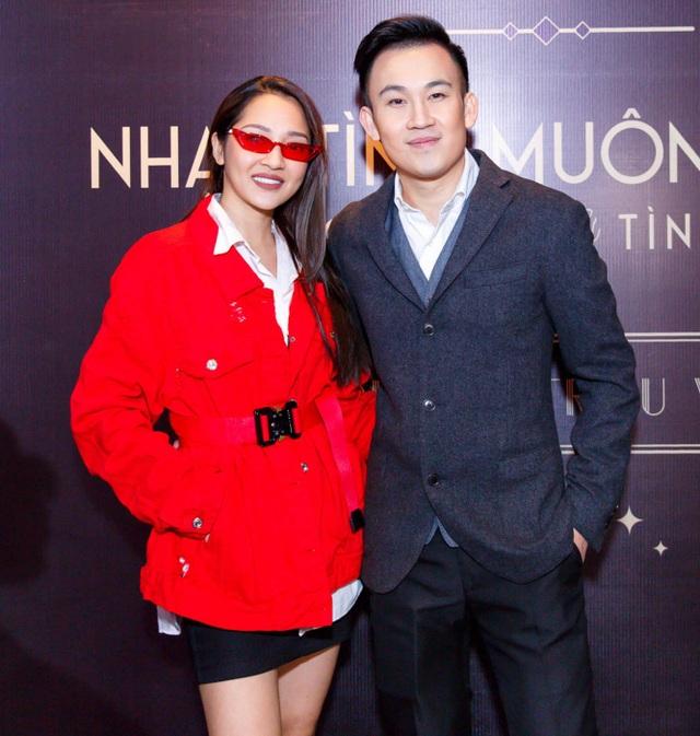 Trong showbiz mọi người đều biết giữa Bảo Anh và Dương Triệu Vũ có một mối quan hệ thân thiết vì thường xuyên đi lưu diễn cùng nhau. Bảo Anh tươi cười, vui vẻ bên nam ca sĩ.