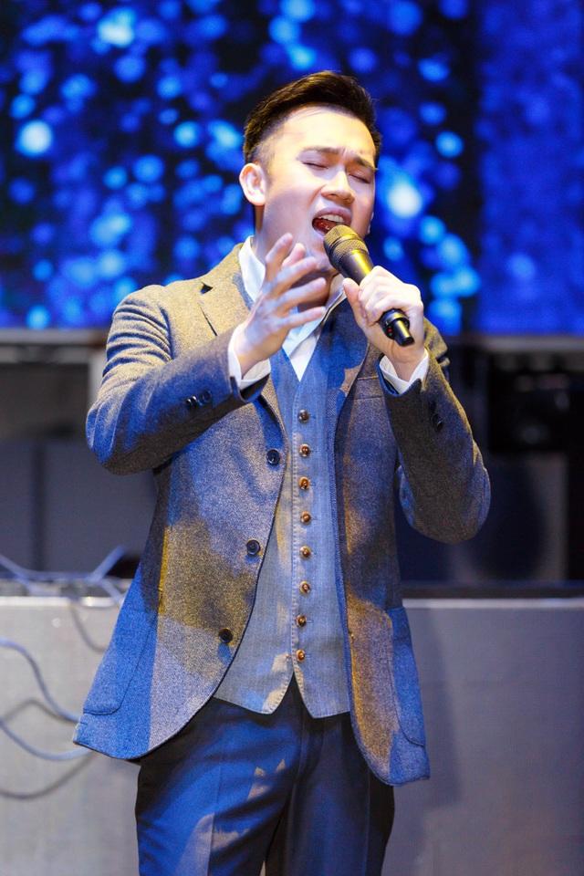 Dương Triệu Vũ diện vest lịch lãm, đắm chìm trong dòng nhạc bolero được phối theo phong cách Jazz.