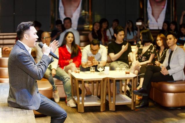 Bảo Anh đã theo dõi màn biểu diễn của Dương Triệu Vũ rất chăm chú, anh thường xuyên liếc nhìn và cười về phía cô.