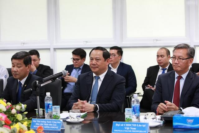 Phó Thủ tướng nước Cộng hòa Dân chủ Nhân dân Lào Sonexay Siphandone (người ngồi giữa) tại buổi làm việc