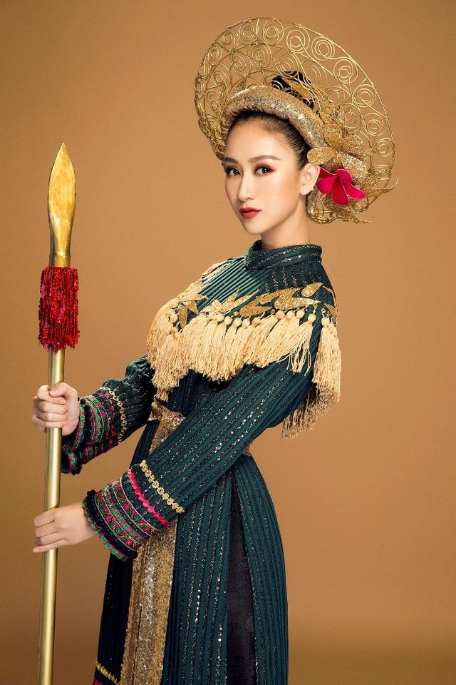 Phần váy sử dụng gấm - một chất liệu truyền thống của Việt Nam kết hợp cùng những hoa văn của dân tộc tạo nên một tổng thể bao hàm trọn vẹn cả một Việt Nam. Điểm nhấn còn có thêm chiếc mấn đội đầu được làm bằng kẽm và phủ sơn đồng.