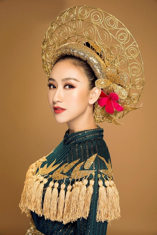 """Thông qua bộ trang phục anh muốn thể hiện hình ảnh người phụ nữ Việt thật mạnh mẽ và kiêu hùng, không đao to búa lớn không áo giáp kim loại nhưng vẫn trông bản lĩnh kiên cường. Với tôi đó mới chính là khí chất """"anh hùng"""" của người phụ nữ."""
