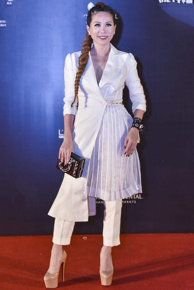 Hoa hậu Thu Hoài diện cây trắng nhăn nhúm, kém chỉnh chu. Chính vì màu sắc quá sáng nên tất cả những xử lí vụng về trong đường may, ở cổ áo, ống quần đều bị lộ ra. Các phụ kiện vòng tay, túi hộp, bộ móng đen cũng quá mạnh so với trang phục.