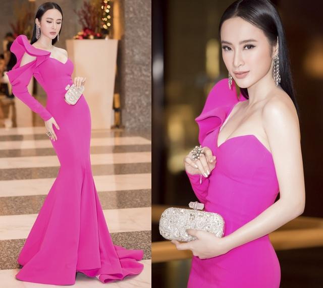 Angela Phương Trinh nổi bật trên thảm đỏ với chiếc đầm hồng sen rực rỡ, phần tay áo được cách tân lạ mắt. Nữ diễn viên kết hợp chiếc đầm ấn tượng này với bộ trang sức và ví cầm tay hết sức sang trọng, đẳng cấp.