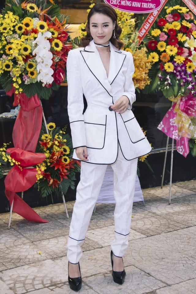"""Sau khi đại thắng với """"Cô ba Sài Gòn"""", dường như Lan Ngọc đang có bước lùi đáng kể khi liên tục lọt top sao mặc xấu nhiều tuần. Trong sự kiện gần nhất, nữ diễn viên chọn cho mình bộ suit không vừa vặn, nhăn nhúm với những đường viền đen lỗi mốt."""