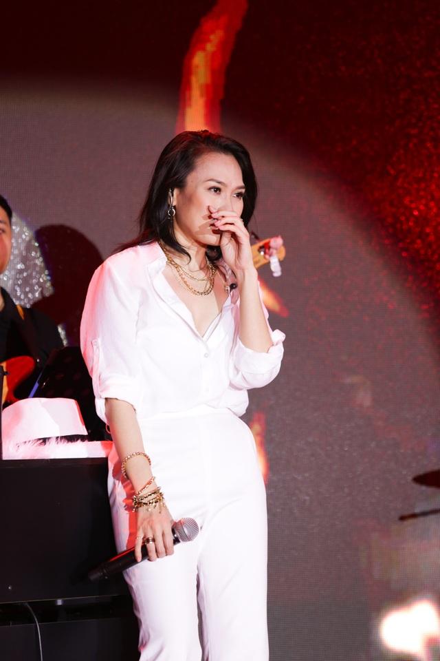 Nữ nghệ sĩ đã khóc và cúi đầu chào mọi người để bày tỏ sự biết ơn còn hàng chục ngàn người phía dưới sân khấu gọi tên cô.