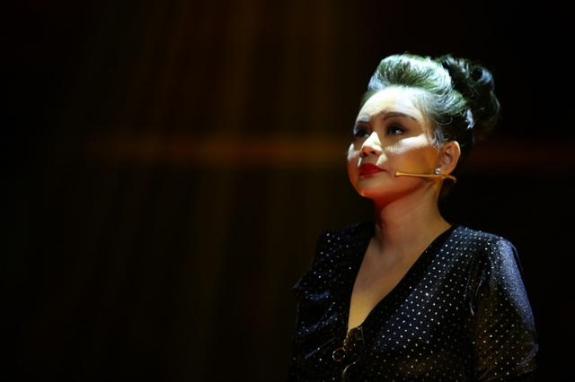 Thời điểm Lê Giang đứng ngoài cửa phòng bệnh vì Duy Phương không cho vào trong, khiến những nghệ sĩ vào thăm bệnh nhìn cô bằng ánh mắt coi thường, xa cách.
