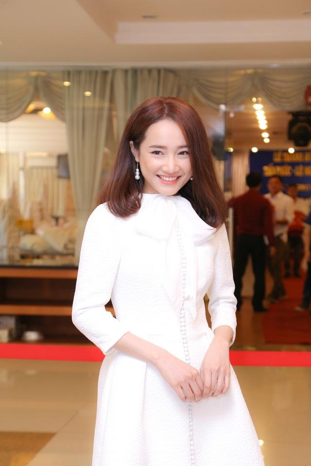 Nữ diễn viên Nhã Phương cũng đã có mặt để chúc mừng Hoài Linh, cô xuất hiện với bộ váy trắng đơn giản nhưng cực kì xinh đẹp.