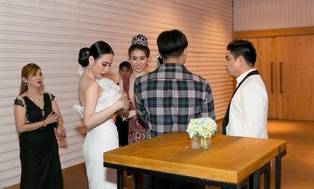 Ngay sau khi Angela Phương Trinh chụp hình kỉ niệm với Thư Dung xong thì Chiêm Quốc Thái liền tiến vào đứng chờ để chụp hình cùng cô nhưng trợ lý của cô đã ngăn lại với lý do trang phục của nữ diễn viên bị hở nên không thể chụp hình được. Và khoảng cách của cả hai luôn có trợ lý đứng phía trước.