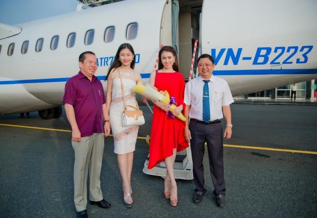 Hoa Hậu Thư Dung, Á Hậu Ánh Minh được ông Mai Văn Huỳnh và ông Trần Thọ Thắng ra sân bay đón.