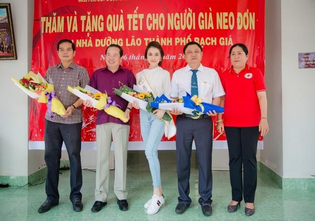 Dự án thiện nguyện còn được sự giúp đỡ của Ông Nguyễn Quốc Sử - Chủ tịch UBND TP Rạch Giá (Ngoài cùng bên trái)