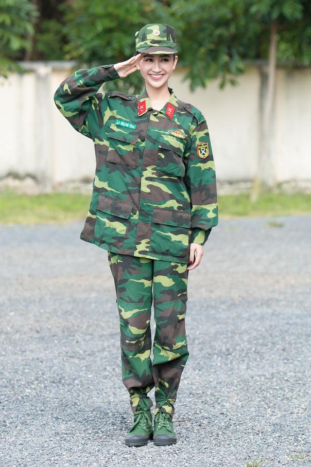 Hà Thu không xuất hiện với vẻ dịu dàng hay lộng lẫy trong những bộ đầm váy quyến rũ như thường thấy mà người đẹp tạo bất ngờ trong bộ quân phục của hàng ngũ quân đội.