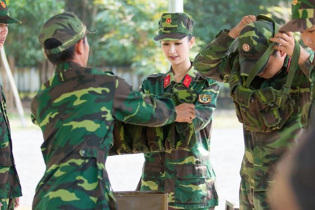 Cô nàng vô cùng xinh đẹp trong bộ trang phục quân nhân.