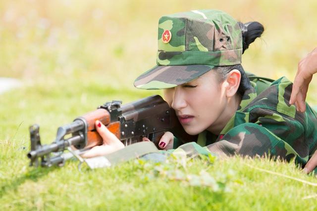 Tập làm quen với các công việc của một chiến sĩ, Hà Thu và em gái cùng tham gia vào các hoạt động quen thuộc trong quân đội như cùng tập luyện duyệt binh, diễu binh, tập cầm súng nhắm bắn quân địch.