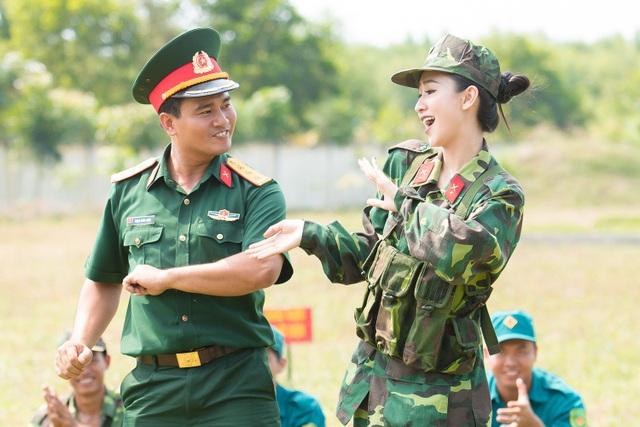 Hà Thu nhiệt tình tham gia tất cả các hoạt động trong chương trình cùng các anh chiến sĩ tại đây