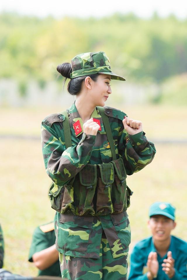 Trong bộ quân phục, người đẹp tươi tắn, vui vẻ hát tặng các chiến sĩ bài hát rộn ràng giai điệu mùa xuân.