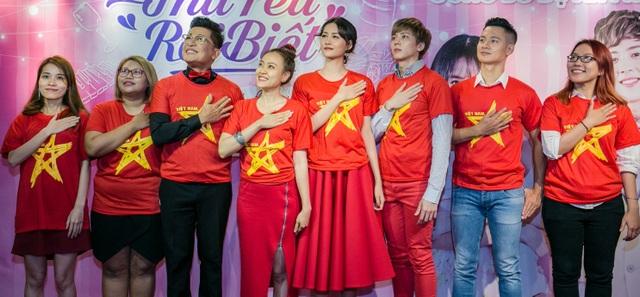Trong không khí cả nước ăn mừng chiến thắng của U23 trước đêm chung kết, tất cả mọi người đều mặc chiếc áo đỏ, sao vàng để cổ vũ cho đội tuyển Việt Nam.