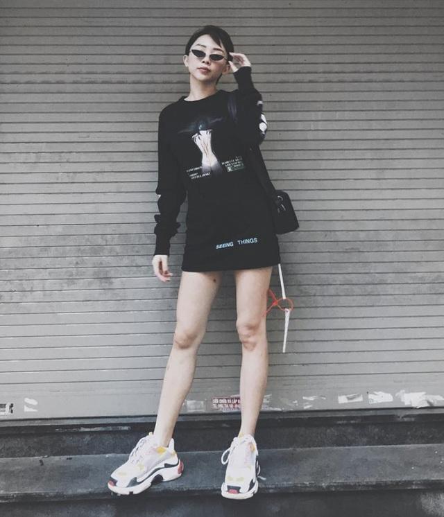"""Tóc Tiên diện cây đen năng động xuống phố. Giọng ca """"Big girl dont cry"""" dùng công thức: Áo thun oversize giấu quần + sneaker + túi hộp và kính """"tí nị"""" trendy, vừa dễ mặc mà lại không nhàm chán."""