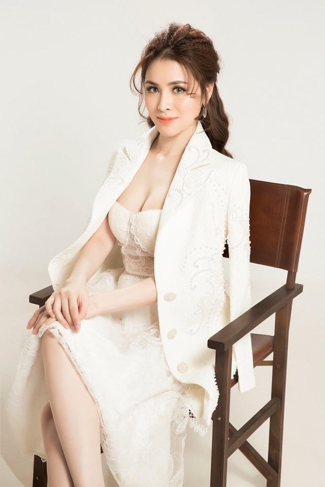 """Diện trang phục nữ tính với tông màu trắng đơn giản nhưng Thư Dung lại """"khoe khéo"""" vòng 1 nóng bỏng."""