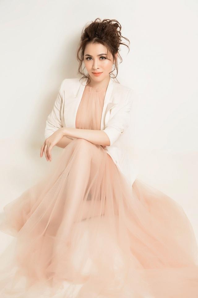 Việc cô sử dụng bộ váy mỏng manh nhưng lại khéo léo kết hợp áo vest để hạn chế những khoảng hở và khiến cho tổng thể bộ trang phục hài hòa, lạ mắt hơn.