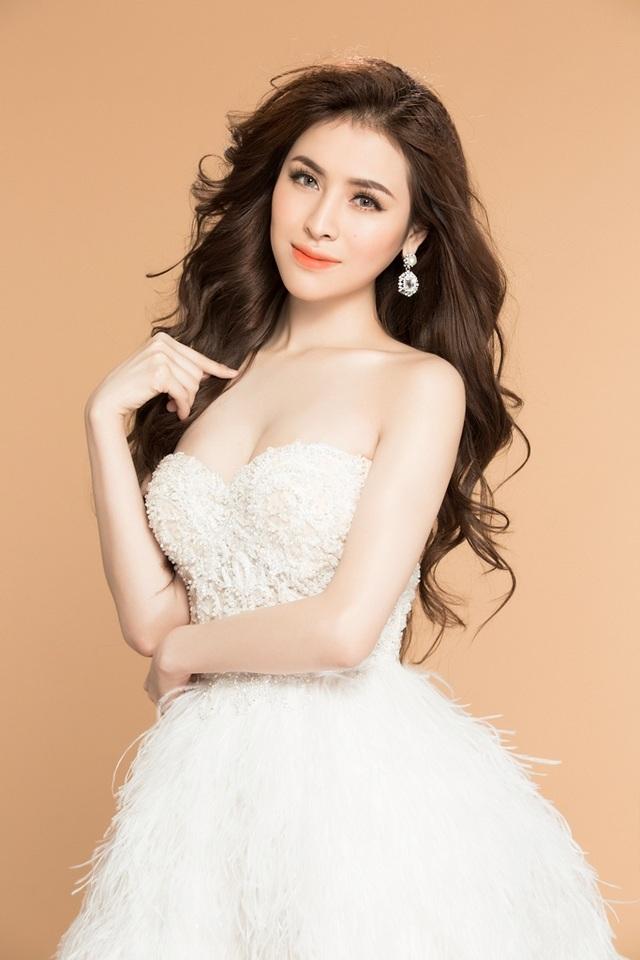 Thư Dung diện bộ váy trắng cúp ngực với phần chân váy đính lông cầu kỳ