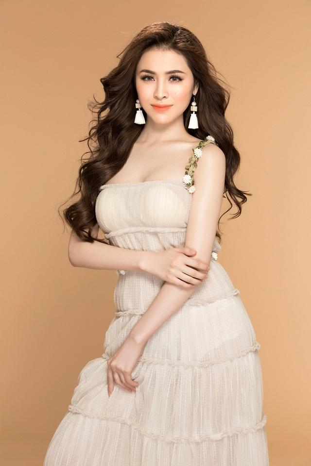 Người đẹp trở nên nhẹ nhàng khi diện thiết kế váy maxi cực nữ tính với phần thân váy bèo nhún.