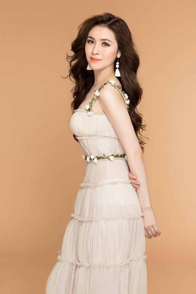 Điểm nhấn của bộ trang phục là những bông hoa trắng được điểm xuyến phần eo và phần dây áo giúp cô trở nên nền nã và dịu dàng.