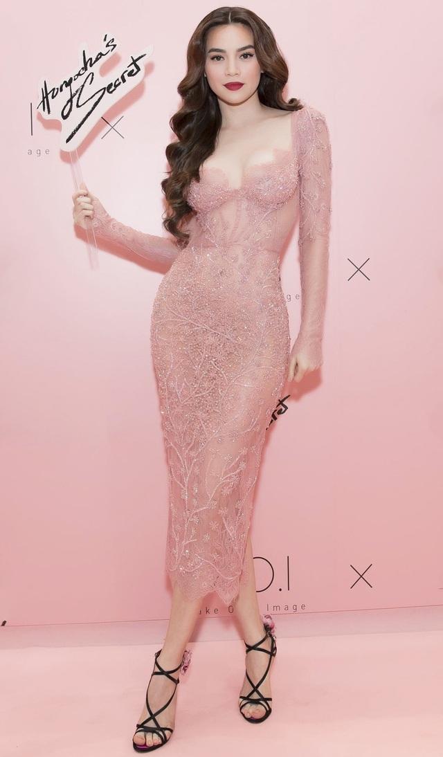 """Hà Hồ diện váy ren màu hồng da """"ngọt lịm"""". Người đẹp khoe vóc dáng nuột nà nhờ các chi tiết chiết eo, cúp ngực táo bạo, kết hợp với lối trang điểm tự nhiên, nhấn ở đôi môi càng làm tăng thêm nét sang trọng."""