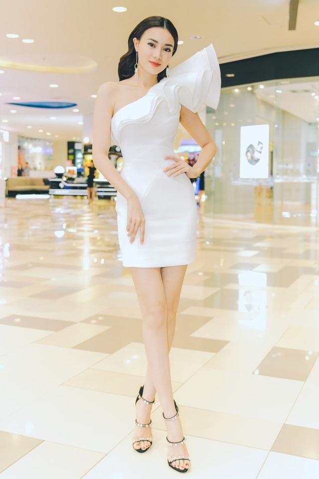 """Một trong những lần hiếm hoi Ninh Dương Lan Ngọc trở lại thảm đỏ sau cú hit của """"Cô ba Sài Gòn"""", nữ diễn viên chọn cho mình bộ đầm trắng đơn giản, thân trên được xử lí 3D lạ mắt, thân dưới gọn gàng giúp tôn lên đôi chân trắng nõn nuột nà."""