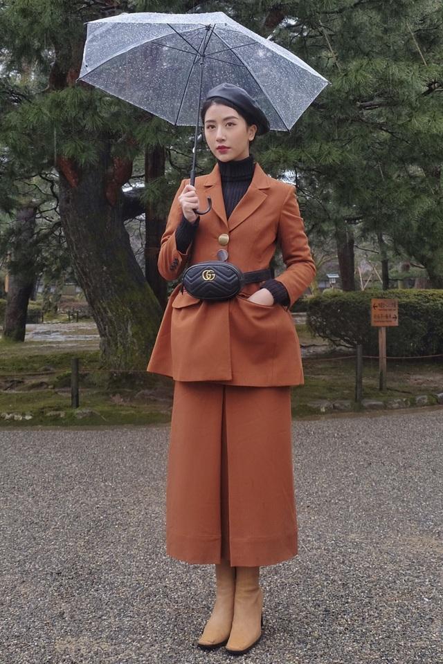 Quỳnh Anh Shyn hóa quý cô cổ điển trong chuyến du lịch tại Nhật Bản. Hotgirl Hà thành chọn cho mình áo blazer, váy suông màu cam đất hợp mốt, kết hợp cùng dàn phụ kiện cá tính như mũ nồi, túi thắt lưng.