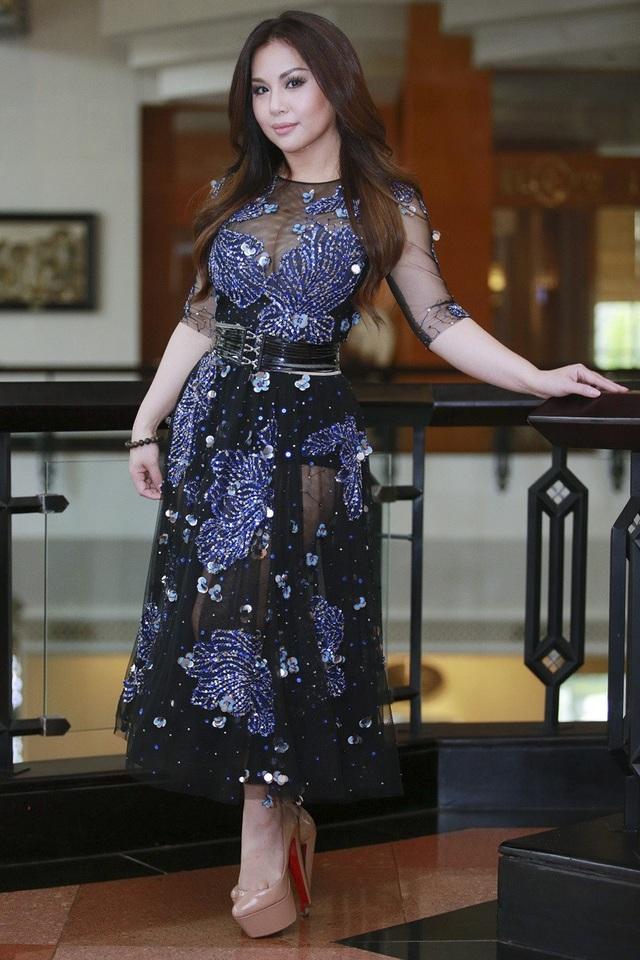 Nữ ca sĩ Minh Tuyết chọn cho mình bộ váy xuyên thấu, đính kết khá nặng nề. Chân váy quá dài đi cùng thắt lưng to bản khiến người đẹp thấp hơn trông thấy.