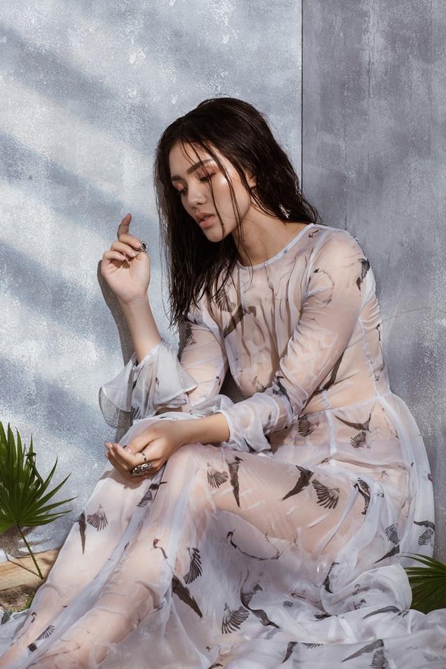 """Gần đây, Nhật Hạ đã bắt tay với nhạc sĩ Lương Bằng Quang cùng ê-kíp của mình cho ra mắt MV """"Nhớ ai đó"""" do chính cô sản xuất. Được biết, ca khúc này được Lương Bằng Quang viết riêng cho cô, """"Bà mẹ một con"""" chia sẻ về hướng đi hoàn toàn mới của mình rằng: """"Lần này không đơn giản là một sản phẩm âm nhạc đầu tay, đây sẽ là một cột mốc ghi nhận những nổ lực và đánh dấu sự trở lại con đường nghệ thuật của tôi với một danh xưng mới""""."""